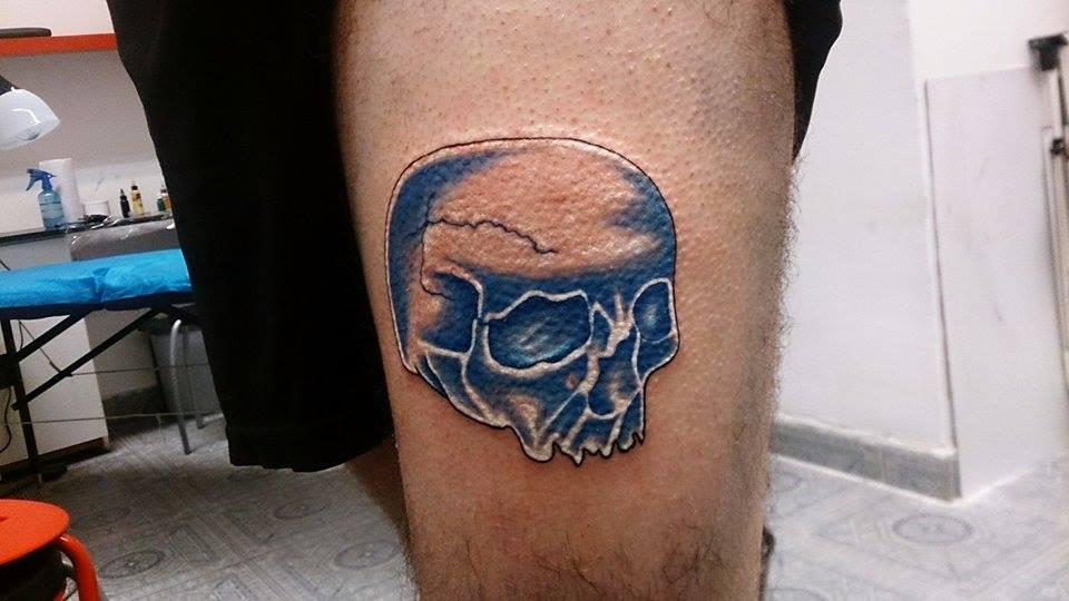 kék koponya tetoválás