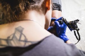 Sipák Barbara tetoválás közben